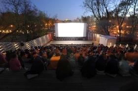 Статья 'В Юбилейном парке вновь работает летний кинотеатр'