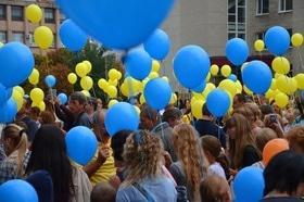 Статья 'Черкасщане запустили в небо национальный флаг из воздушных шариков'