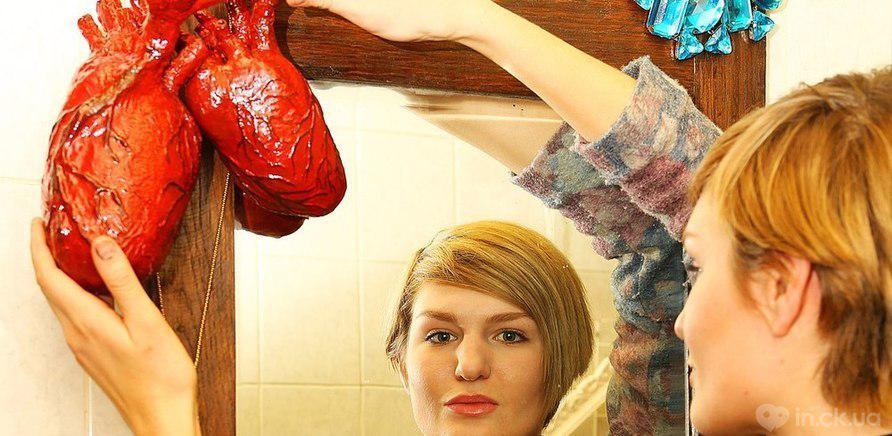 Фото 1 - Любимая бутафория основательниц костюмерной – рога, короны и человеческие сердца