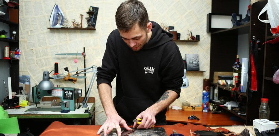 Фото 2 - Роботу зі шкірою майстер порівнює з ювелірним мистецтвом (фото – Art Photo Studio)
