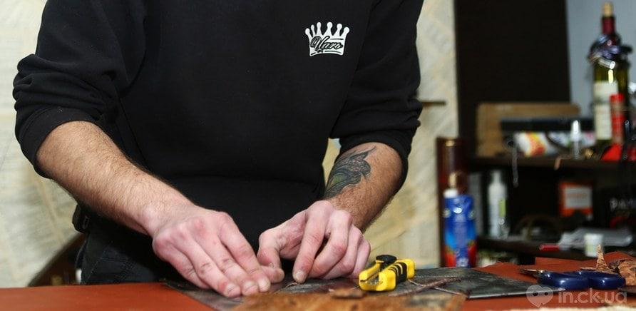 Фото 3 - Роботу зі шкірою майстер порівнює з ювелірним мистецтвом (фото – Art Photo Studio)