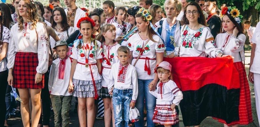 'Как черкасщане в вышиванках по городу маршировали: фоторепортаж'
