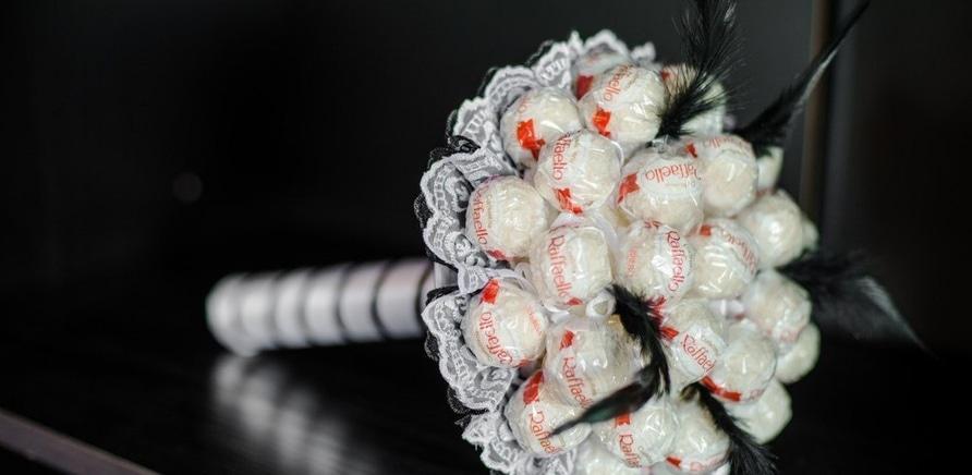 Фото 2 - Сладкий свадебный букет невесты