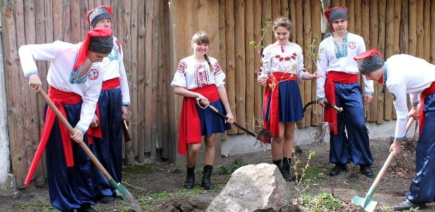 Фото 1 - Детям читают лекции по истории Украины, рассказывают о жизни казаков на Сечи, изучают законы дружбы и чести, обучают элементам украинского боевого гопака