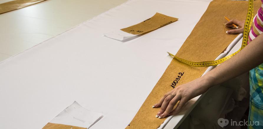 Фото 1 - Так выглядит процесс производства свадебного наряда