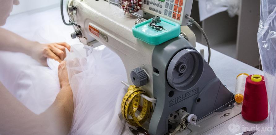 Фото 3 - Так выглядит процесс производства свадебного наряда