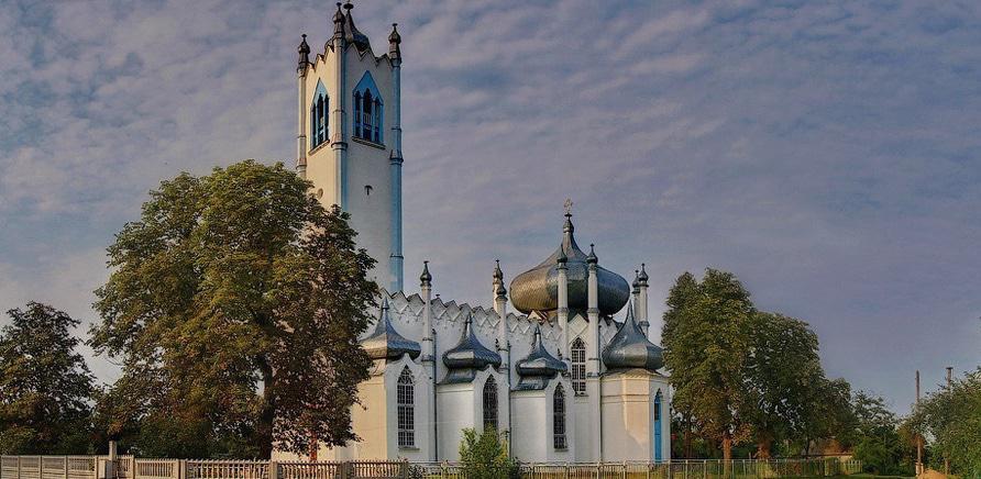 Фото 1 - Преображенська церква в нехарактерному для православ'я стилі неоготики (фото – Олександр Лавський)