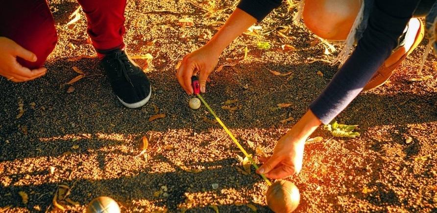 Фото 1 - Черкасщане осваивают необычную игру – петанк