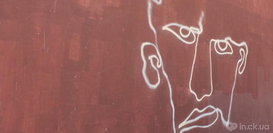 Фото 4 - Вопрос дня: что означают странные портреты на стенах городских зданий?