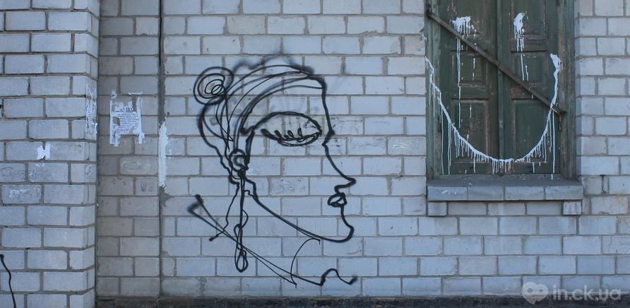 Фото 1 - Вопрос дня: что означают странные портреты на стенах городских зданий?