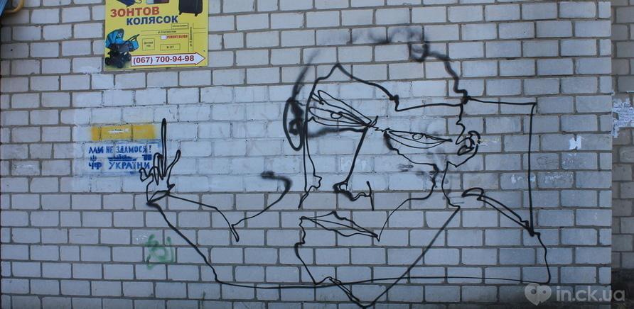 Фото 2 - Вопрос дня: что означают странные портреты на стенах городских зданий?