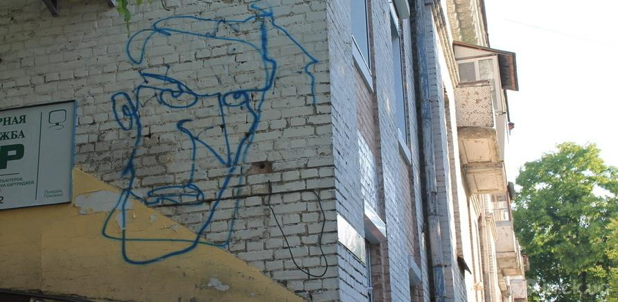 Фото 3 - Запитання дня: що означають дивакуваті портрети на стінах черкаських будівель?