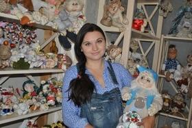 Статья 'Черкасщанка шьет интерьерных кукол из капрона'