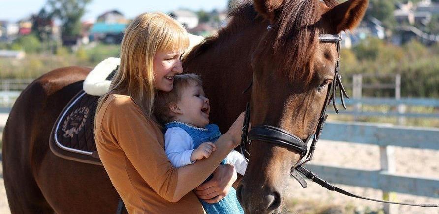 'История выздоровления: черкасщанка лечит детей при помощи верховой езды '