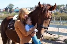 Статья 'История выздоровления: черкасщанка лечит детей при помощи верховой езды '