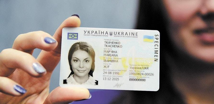 В Лозовой - ажиотаж: Люди с ночи занимают очередь за ID паспортами (ВИДЕО)