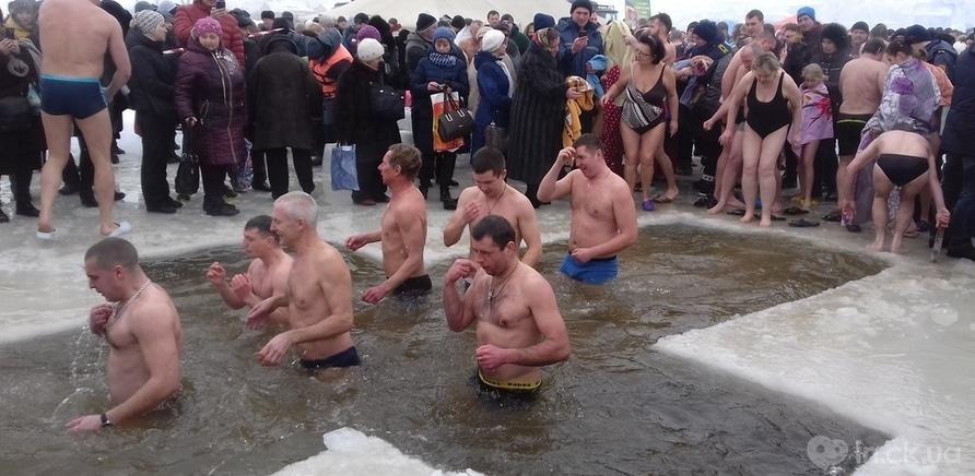 Фото 7 - Как черкащане на Крещение в ледяную воду ныряли