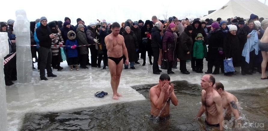 Фото 9 - Как черкащане на Крещение в ледяную воду ныряли