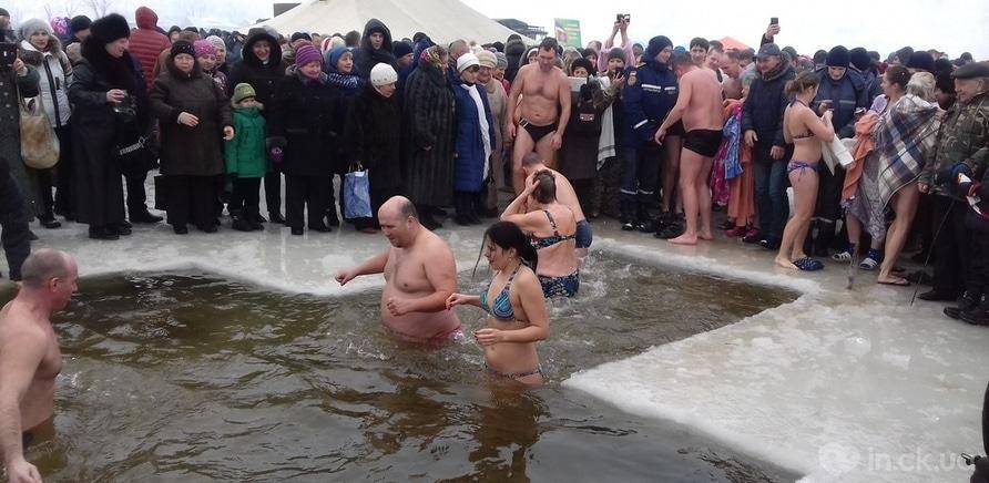 Фото 10 - Как черкащане на Крещение в ледяную воду ныряли