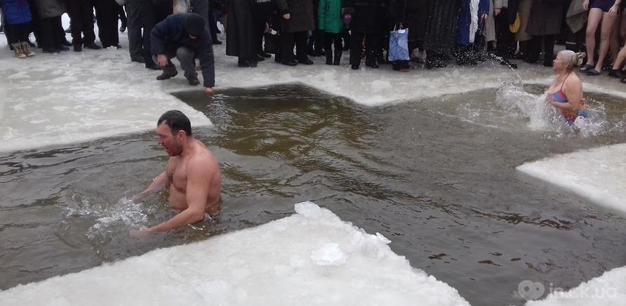Фото 11 - Как черкащане на Крещение в ледяную воду ныряли