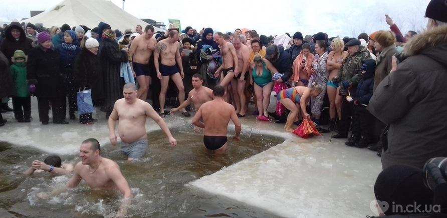 Фото 12 - Как черкащане на Крещение в ледяную воду ныряли