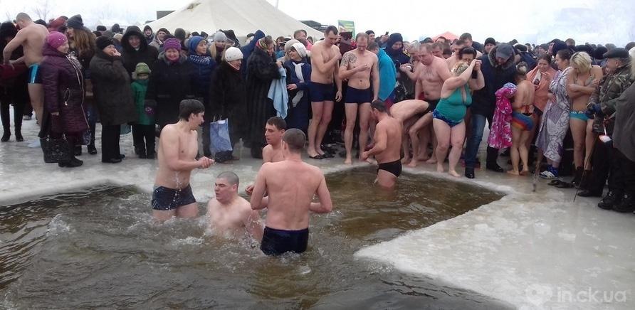 Фото 13 - Как черкащане на Крещение в ледяную воду ныряли
