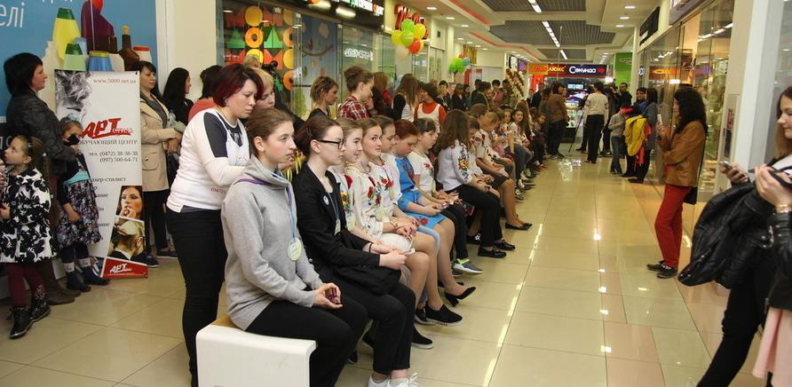 Фото 1 - Самую длинную в Украине девичью косу заплели в Черкассах