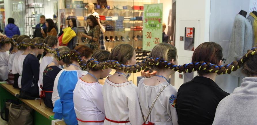 Фото 2 - Самую длинную в Украине девичью косу заплели в Черкассах