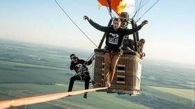 Статья 'В Умани экстремал прошел между воздушными шарами на высоте 660 метров '