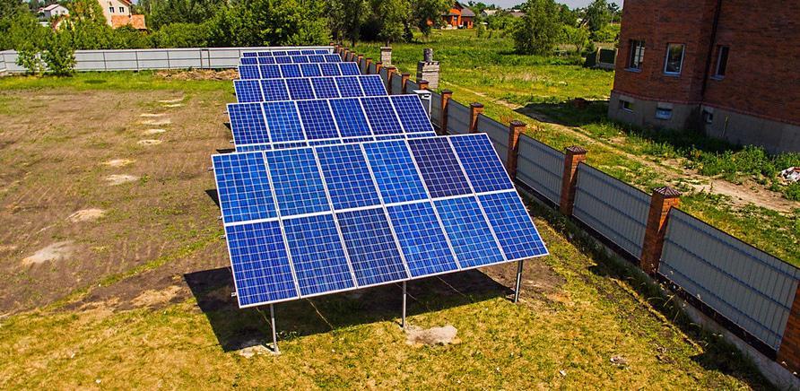 Разместить солнечные панели можно не только на крыше, но и на земле