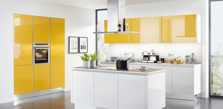 Фото 2 - В линейных кухнях третьей точкой треугольника может быть остров или обеденный стол, которые можно использовать как дополнительную поверхность