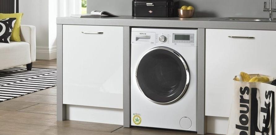 Фото 1 - Размещение стиральной машины на кухне – вопрос спорный. Если вы допускаете такую возможность, лучше всего встраивать стиралку под столешницу или в шкаф