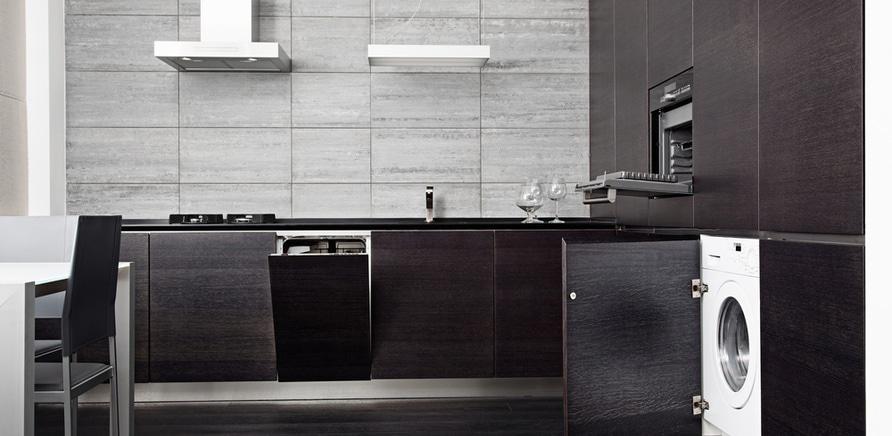 Фото 2 - Размещение стиральной машины на кухне – вопрос спорный. Если вы допускаете такую возможность, лучше всего встраивать стиралку под столешницу или в шкаф