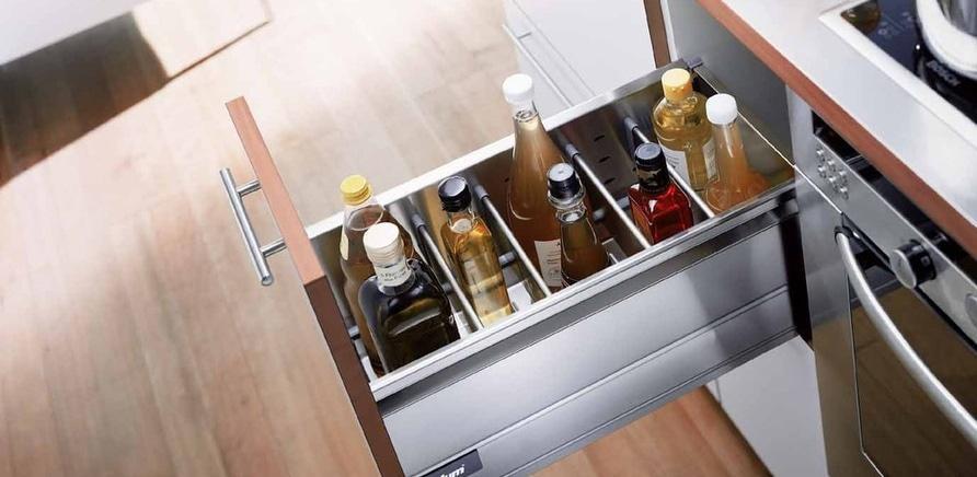 Фото 1 - Удобно организованные системы хранения в шкафах и ящиках сэкономят время и в процессе приготовления пищи, и в процессе уборки