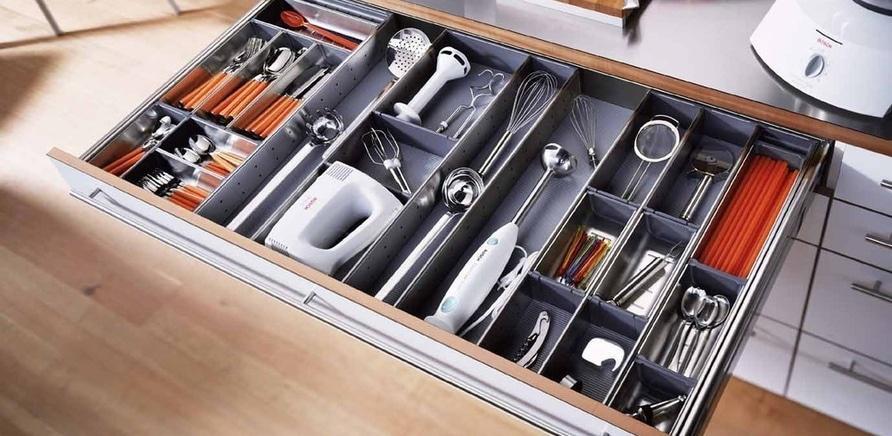 Фото 3 - Удобно организованные системы хранения в шкафах и ящиках сэкономят время и в процессе приготовления пищи, и в процессе уборки