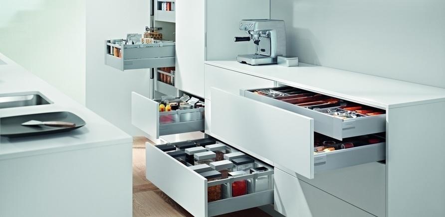 Фото 5 - Удобно организованные системы хранения в шкафах и ящиках сэкономят время и в процессе приготовления пищи, и в процессе уборки
