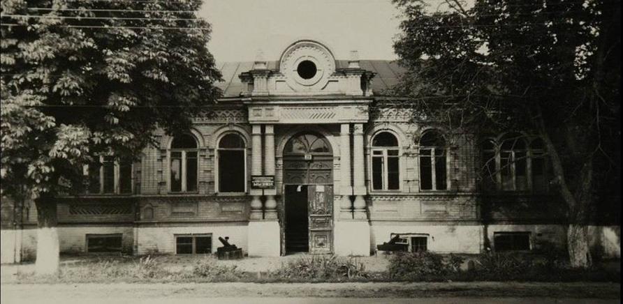 Фото 1 - Старое здание Краеведческого музея размещалось на углу современных улиц Гоголя и Симоненко