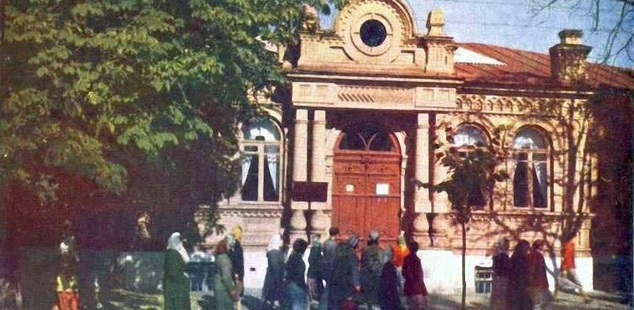 Фото 3 - Старое здание Краеведческого музея размещалось на углу современных улиц Гоголя и Симоненко