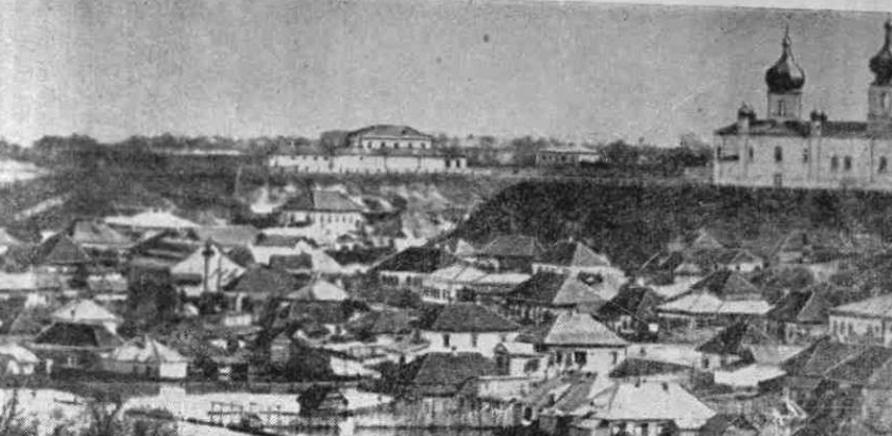 Фото 2 - Черкассы в 1888 году, на фото – Святотроицкая церковь, на заднем плане – двухэтажное здание тюрьмы