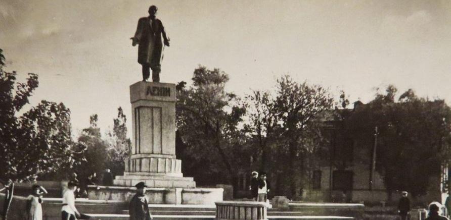 Памятник Ленину, теперь на этой территории стоит Макдональдс