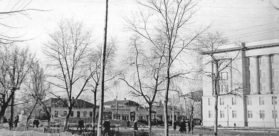 Фото 3 - Еще один кусочек бульвара – на этот раз возле черкасской ОГА