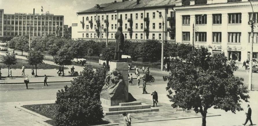Долгое время два этих памятника соседствовали в центре города
