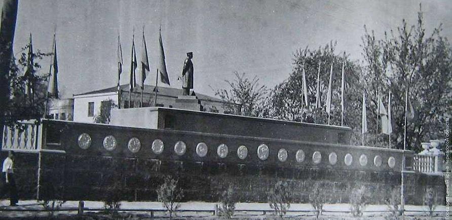 Памятник Сталину на перекрестке улиц Дашковича и Крещатик