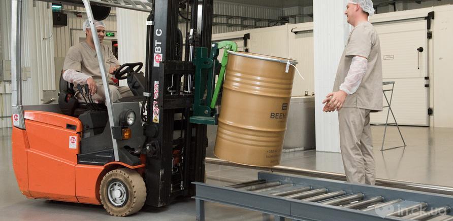Фото 4 - Бочку с медом транспортируют на склад
