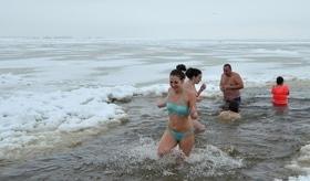 Стаття 'Водохреще по-черкаськи: як містяни зимовий купальний сезон відкривали'
