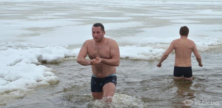 Фото 2 - Крещение по-черкасски: как горожане зимний купальный сезон открывали
