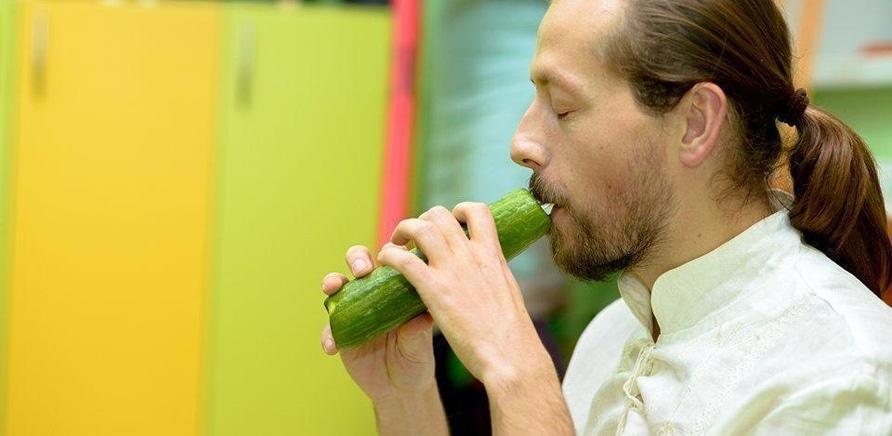 'Черкасщанин создает музыкальные инструменты из моркови, редьки и тыквы'