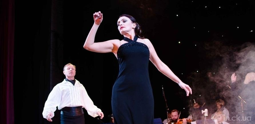 Фото 1 - Актер черкасского драмтеатра сделал предложение любимой во время концерта ко Дню Валентина