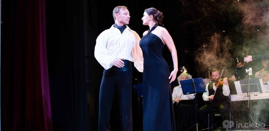 Фото 2 - Актер черкасского драмтеатра сделал предложение любимой во время концерта ко Дню Валентина