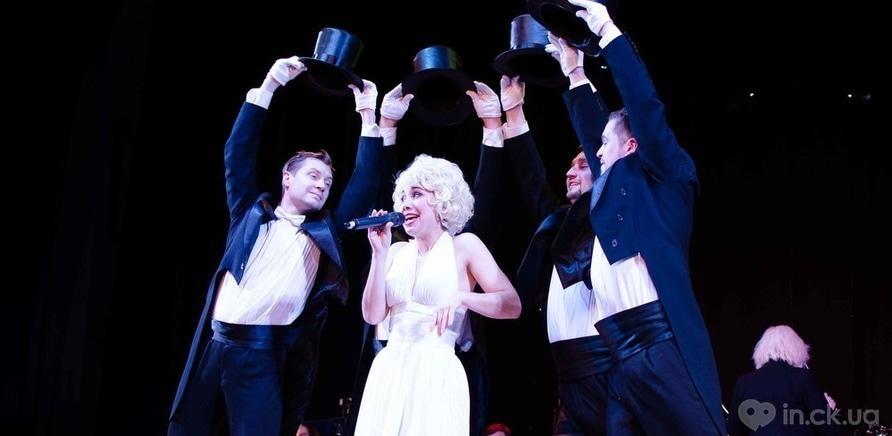 Фото 6 - Актер черкасского драмтеатра сделал предложение любимой во время концерта ко Дню Валентина